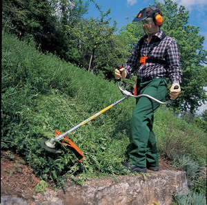Работа с газонокосилкой